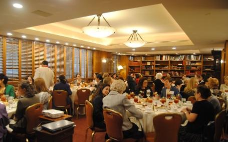 Un grupo de líderes empresariales durante el evento en honor a Laura Liswood en el Club Cornell en Manhattan.