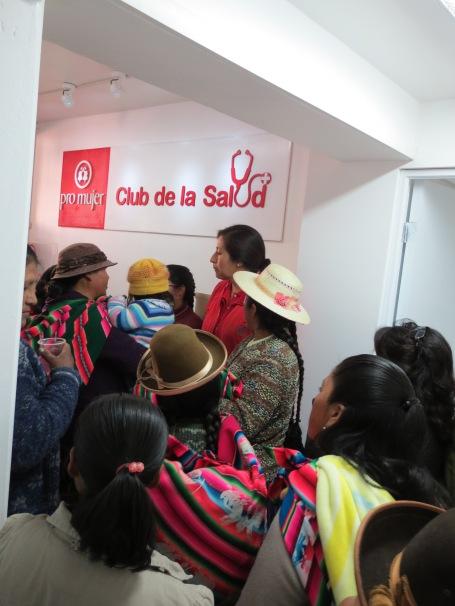 Clientas de Pro Mujer hacen un recorrido general de las nuevas instalaciones