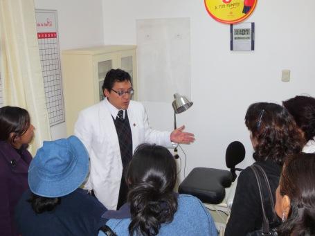 El Dr. Carlos Ponce León explica los servicios médicos que se ofrecen en las instalaciones del Club